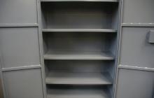 Полки металлического шкафа