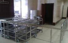 Металлические столовые тележки для перевозки еды