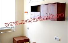 Шкаф настенный для фурнитуры в комнате личной гигиены