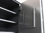 Рамка для описания оружия на металлическом шкафу