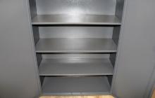 Металлические полки большого шкафа