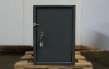 Шкаф металлический (маленький)  вид спереди