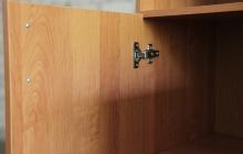 Фото петли дверцы шкафа Кронвус-Юг-ШМ-08