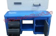 Фотография двухтумбового слесарного стола с перфорированным экраном в открытом положении