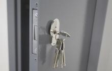 Фото металлического замка с ключами