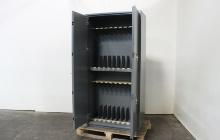 Фотография металлического оружейного шкафа в открытом виде