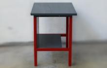Вид сбоку металлического стола