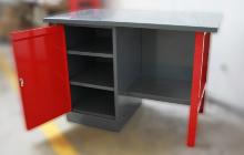 Полки для хранения инструмента внутри стола