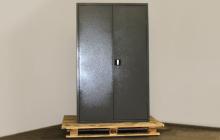 Большой металлический шкаф общий вид